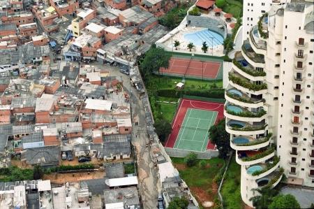 citta-poverta-ricchezza-piscina-favela